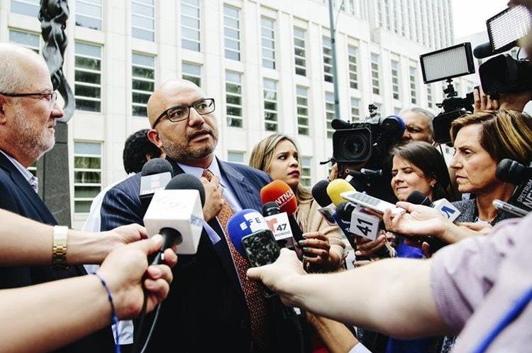 """Eduardo Balarezo, abogado del narcotraficante Joaquín """"el Chapo"""" Guzmán, se dirige a los medios. (EFE)."""