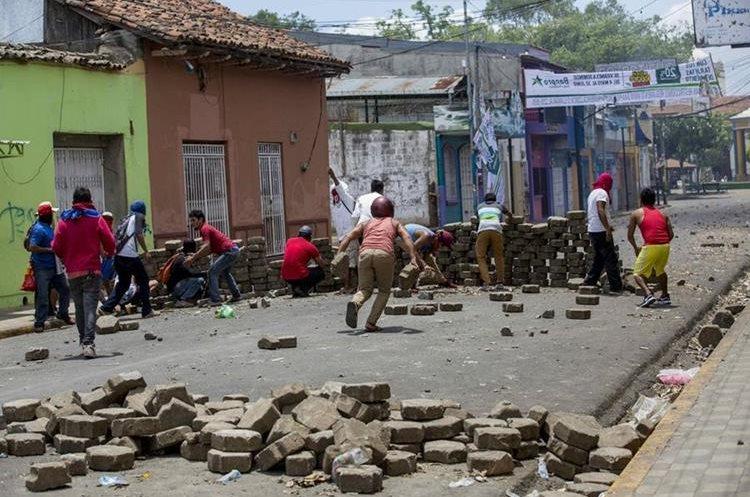 Manifestantes levantan una barricada durante la protesta contra el gobierno de Daniel Ortega en Masaya, Nicaragua.(EFE).