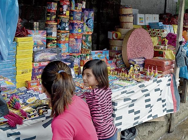 Los niños deben evitar comprar y  manipular   cohetillos sin la compañía de un adulto.  (Foto Prensa Libre: Jorge Tizol)