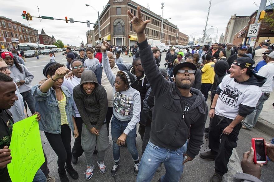 Habitantes de Baltimore celebran el anuncio de la fiscalía de Maryland que presentará cargos contra seis policías. (Foto Prensa Libre: EFE).