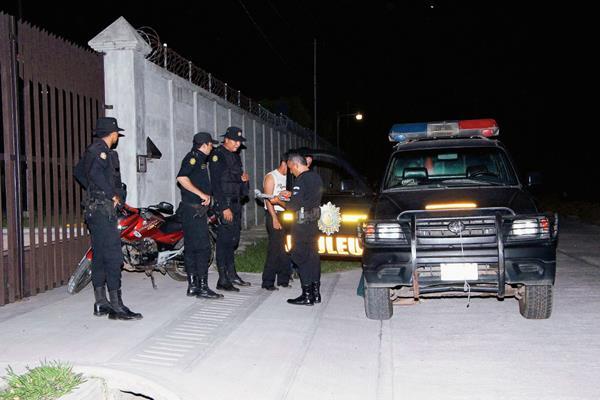 Agentes de  la PNC efectúan operativos en búsqueda de una mujer raptada, en  Retalhuleu.  (Foto Prensa Libre: Rolando Miranda)
