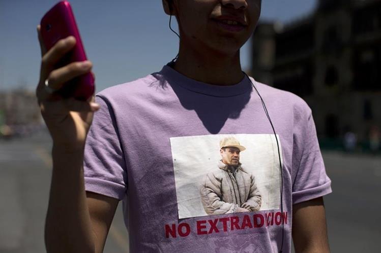 """Un simpatizante del """"Chapo"""" Guzmán participa en una concentración a favor del narco en México. (Foto Prensa Libre: AP)."""