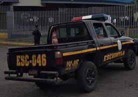 Agentes de la PNC resguardan el lugar donde dos hombres resultaron heridos de bala, en la zona 3 de la cabecera de Escuintla. (Foto prensa Libre: Carlos E. Paredes)