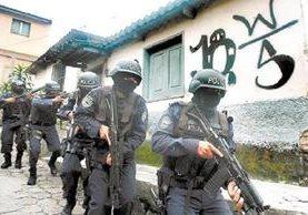 Policía salvadoreña participa en una operación antipandillas.(Foto Prensa Libre:EFE).