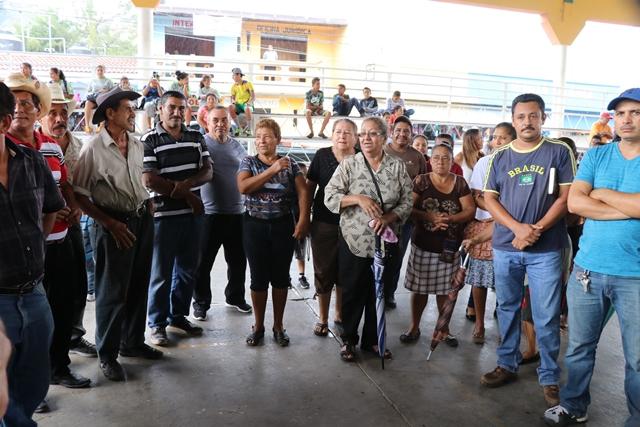 Vecinos de Casillas, Santa Rosa, se reúnen en la cancha de baloncesto de la localidad, para manifestarle al alcalde su preocupación por tantos temblores. (Foto Prensa Libre: Hugo Oliva)