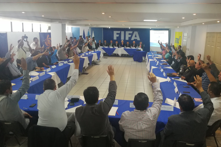 La Asamblea del Futbol aprobó los nuevos estatutos para la Federación Nacional de Futbol. (Foto Prensa Libre: Edwin Fajardo)