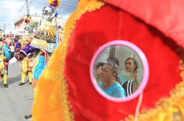 Cientos de personas observan el tradicional baile