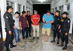 Cuatro de  los capturados en Flores, Petén, por escándalo en la vía pública y agredir a varios agentes de la PNC. (Foto Prensa Libre: Walfredo Obando)