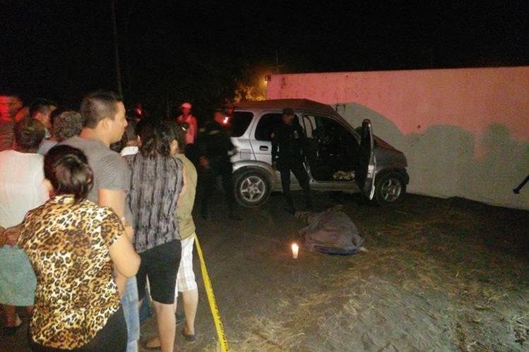 Agentes de la PNC junto al cuerpo sin vida del religioso. (Foto Prensa Libre: Carlos Enrique Paredes)