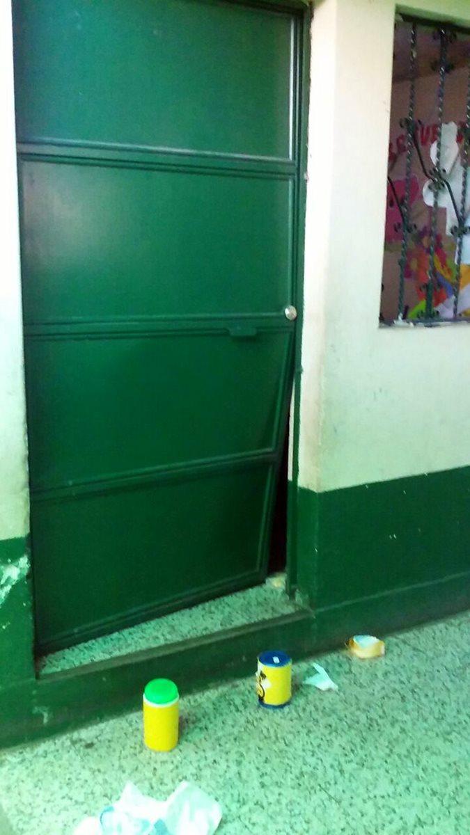 Los criminales forzaron una puerta para ingresar al inmueble. (Foto Prensa Libre: Oswaldo Cardona)