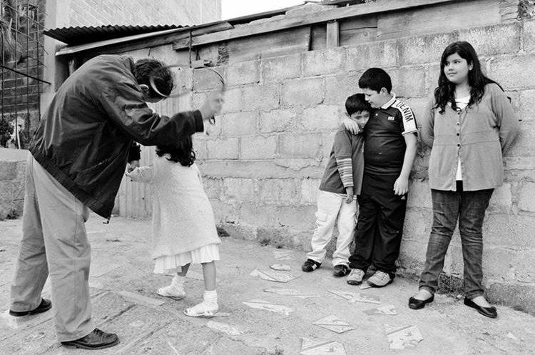 Dramatización de la costumbre de pegarle a los niños para que crecieran. (Foto: Hemeroteca PL)