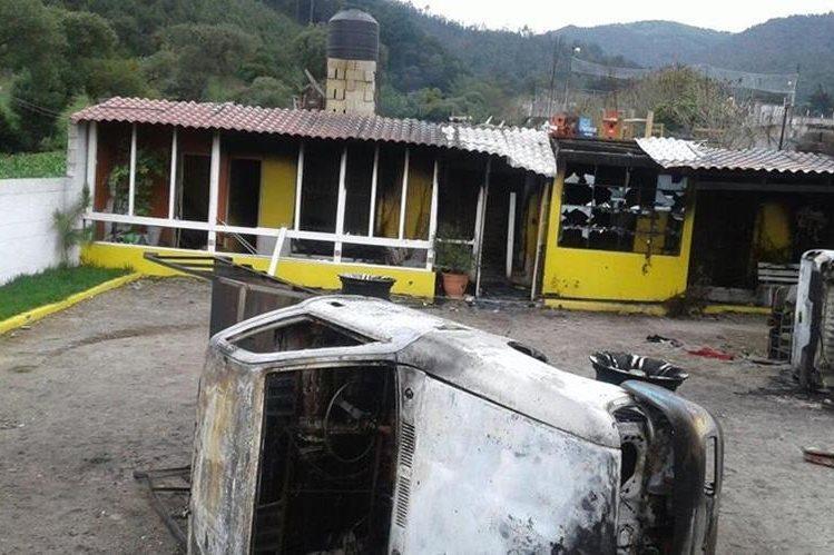 Dos vehículos quedaron destruidos por incendio causado por una turba en Tecpán Guatemala, Chimaltenango. (Foto Prensa Libre:)