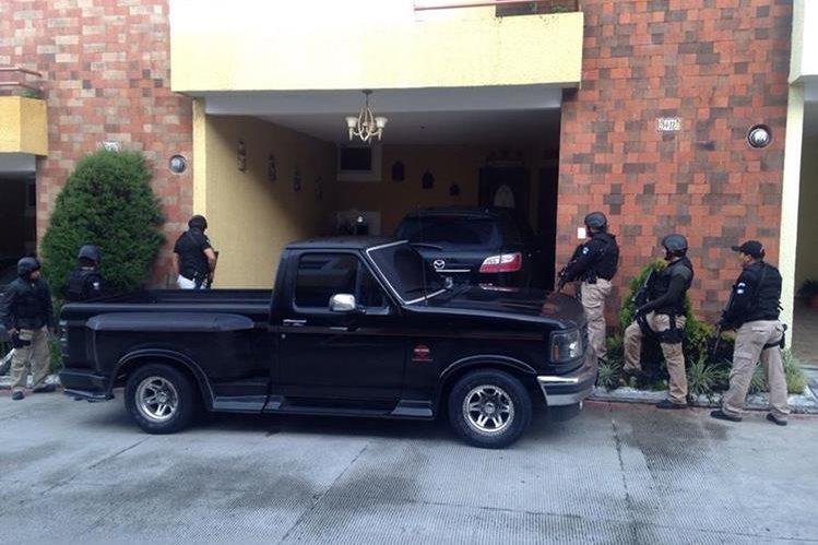 Agentes de la Fuerza Especial Policial apoyan el operativo en busca de Juan Carlos Monzón. (Foto Prensa Libre: PNC)