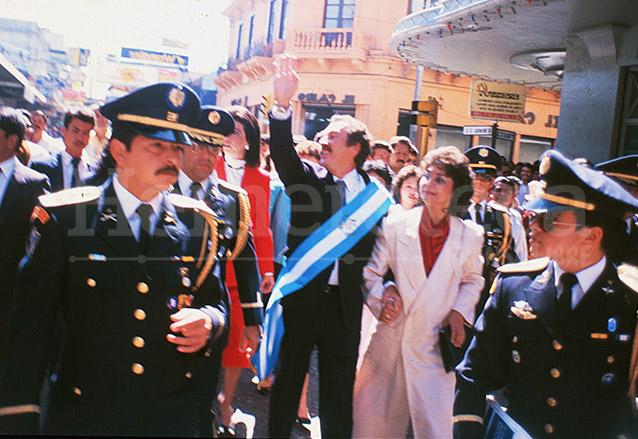 Vinicio Cerezo Arévalo tomó posesión de la Presidencia el 14/1/1986. En la foto camina por el centro histórico acompañado de la primera dama Raquel Blandón. (Foto: Hemeroteca PL)