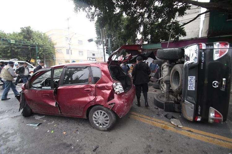 Dos vehículos colisionaron en la avenida Centro América y 19 calle de la zona 1, el choque dejó tres personas heridas. (Foto Prensa Libre: Hemeroteca PL)