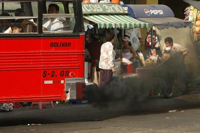 Un bus del sevicio urbano en la ciudad de Guatemala expele una gran cantidad de humo negro, con lo cual liberan una gran cantidad de dióxido de carbono perjudicial para la capa del ozono. (Foto Prensa Libre: Hemeroteca PL).