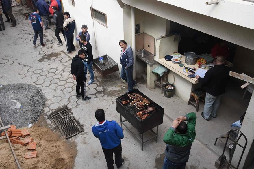 """Los reos cercanos al narco tenían acceso a """"buena comida"""" dentro de la prisión. (Foto Prensa Libre: AFP)."""