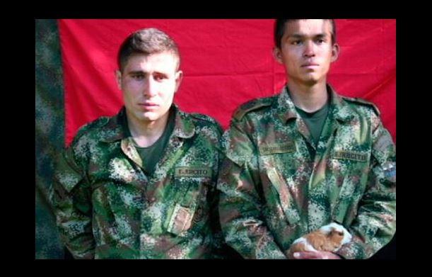 El ELN reveló fotografías donde se puede ver con vida a los soldados secuestrados. (Foto: Twitter).