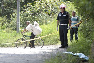 Bomberos Municipales  Departamentales constataron que la víctima tenía cuatro impactos de bala en el cráneo (Foto Prensa Libre: Erick Ávila)