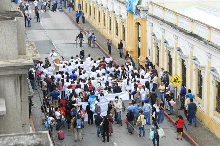 Manifestación de medicos y estudiantes de Medicina para solicitar más presupuesto para los hospitales San Juan de Dios y Roosevelt.