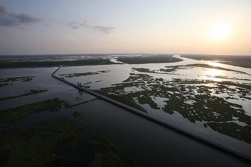 """La """"Gran muralla de Nueva Orleans"""", como se conoce al lago construido a un costo de US$1.1 billones para proteger a la ciudad de otra catástrofe similar. (Foto Prensa Libre: AFP)."""
