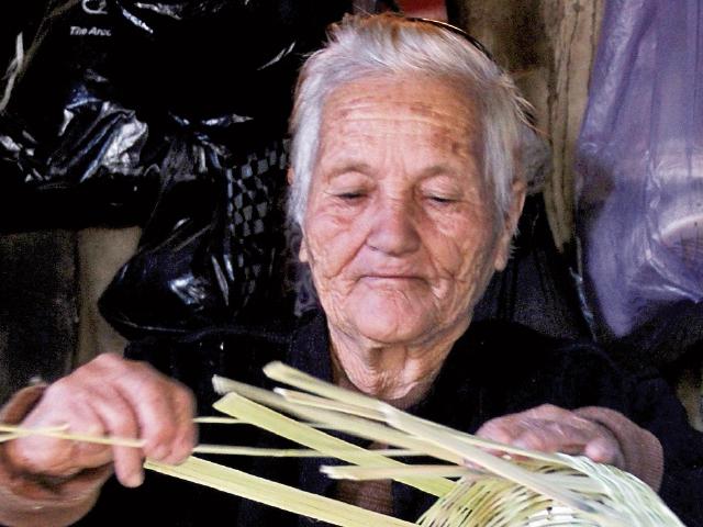 María del Carmen Ruiz Gudiel elabora una canasta. (Foto Prensa Libre: Mike Castillo)