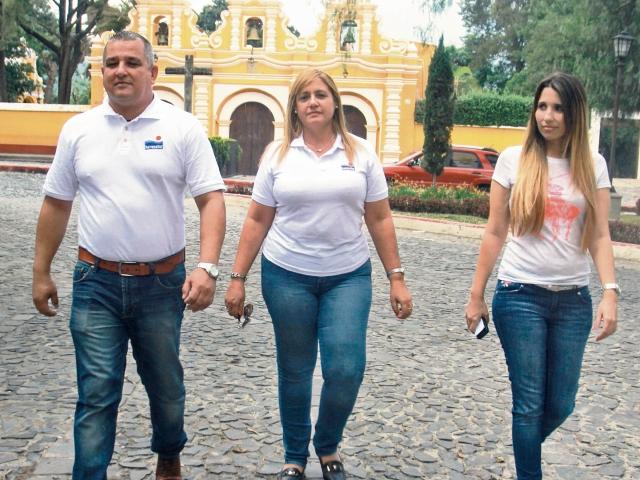 Víctor Veloso, presidente de Havanatur, con Orfelina Guerra y María Álvarez, de área comercial y evento de Cuba.