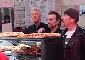 Adam Clayton, Bono y The Edge llegaron a Famous Ray's Pizza. (Foto Prensa Libre: Mogaz News)
