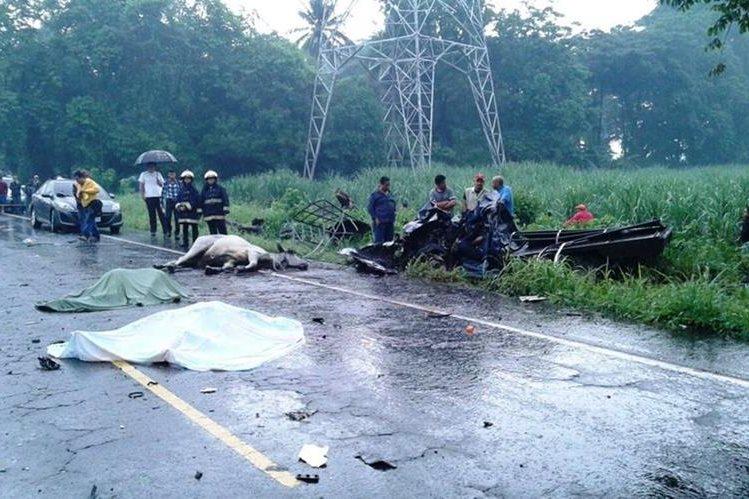 Transportar un ganado pudo haber sido la causa del accidente del picop, que cobró la vida de tres personas de una familia. (Foto Prensa Libre: Carlos Paredes)