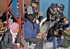 Personas que esperan información de sus pacientes afuera del HRO reciben café y pan. (Foto Prensa Libre: María José Longo).