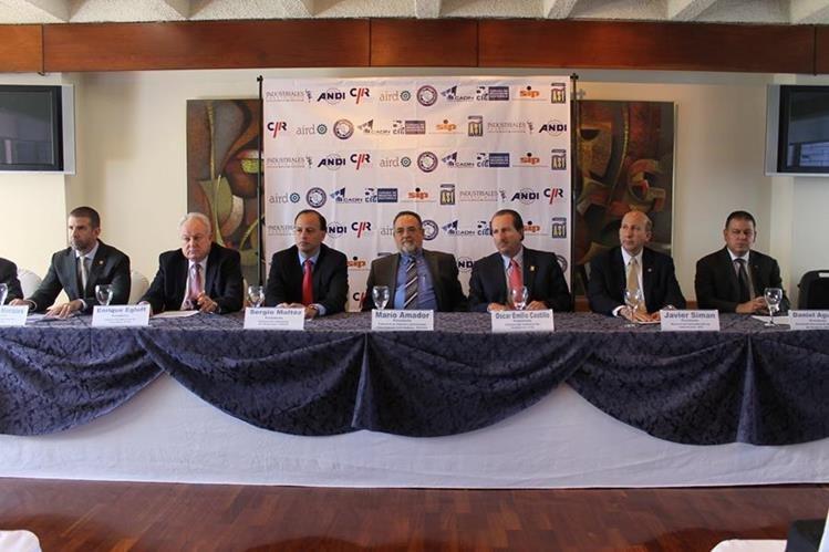 Presidentes de la diferentes cámaras de industria de la región durante rueda de prensa con medios de información. (Foto Prensa Libre: CORTESIA)
