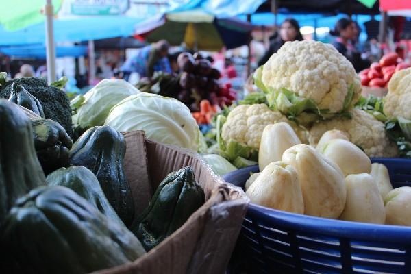 Verduras producidas  con abono orgánico  se ponen a la venta en  mercado La Democracia,  Xela.