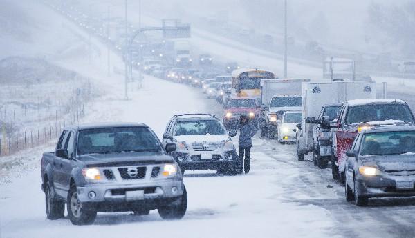 Varios vehículos quedaron varados por el hielo y la nieve en norte de Colorado.