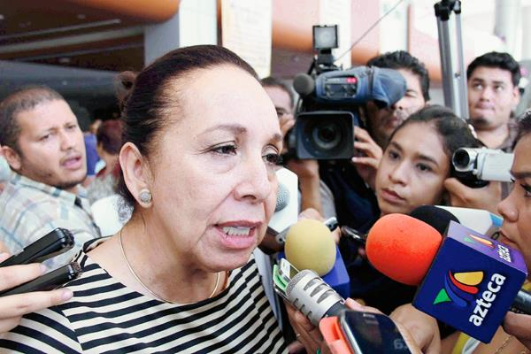 La candidata al Congreso del sureño estado mexicano de Guerrero Silvia Romero (i) hablando con periodistas. (Foto Prensa Libre:AFP).
