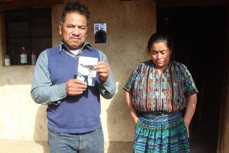 Padres de Adolfo Churunel piden apoyo para repatriar el cuerpo de su hijo, quien murió en México. (Foto Prensa Libre: Ángel Julajuj)