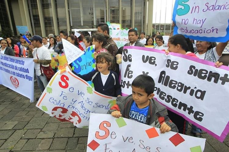 Alumnos de las escuelas Fe y Alegría piden que se garantice su derecho a la educación para el próximo año. (Foto Prensa Libre: Edwin Bercián)