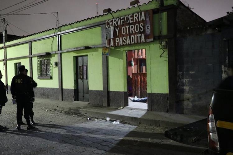 Policías resguardan la escena del crimen en la cantina La Pasadita en Chimaltenango. (Foto Prensa Libre: Víctor Chamalé)