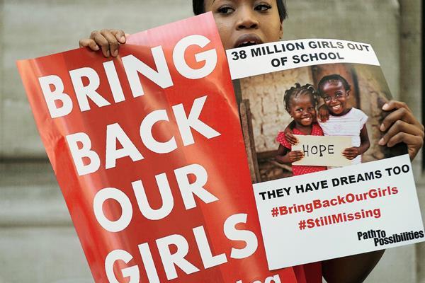 """""""Devuélvanos a nuestras chicas"""", es lo que exigen millones en Nigeria a un año del secuestro de 300 niñas en ese país. (Foto Prensa Libre: AP)"""