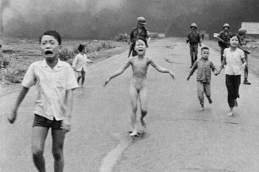 La histórica fotografía del 8 de junio de 1972 que muestra a Kim Phuc (centro), corriendo sin ropa después que fue afectada por el napalm. (Foto Prensa Libre: AP).