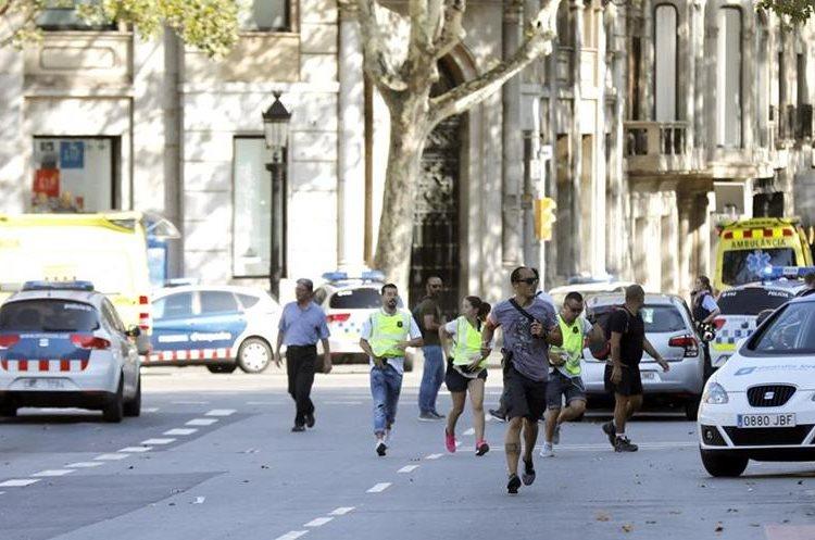 Peatones buscan resguardo tras atropellamiento de Barcelona. (Foto Prensa Libre: EFE)