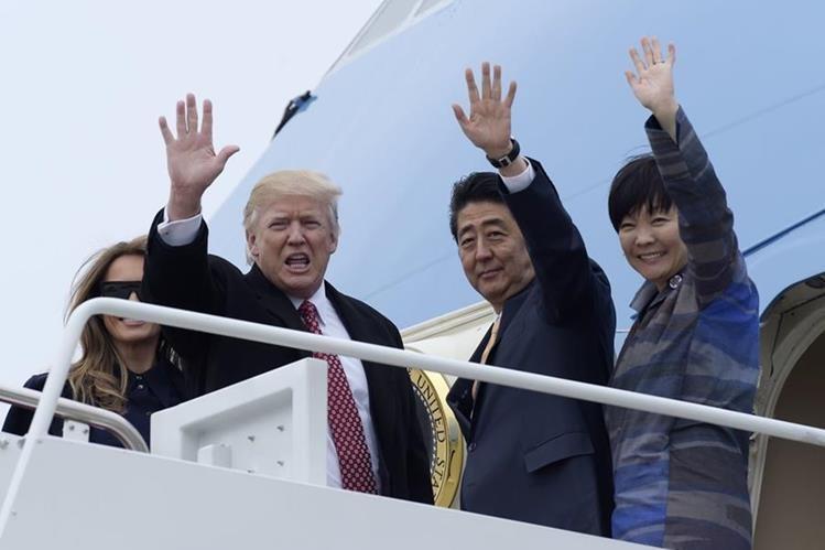 El supuesto desplante de Akie Abe -derecha- a Donald Trump causa euforia en Japón. (Foto Prensa Libre: AP)