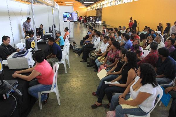 cientos de guatemaltecos continuaban ayer haciendo trámites para obtener su DPI; sin embargo, la CC resolvió que la cédula sigue vigente.