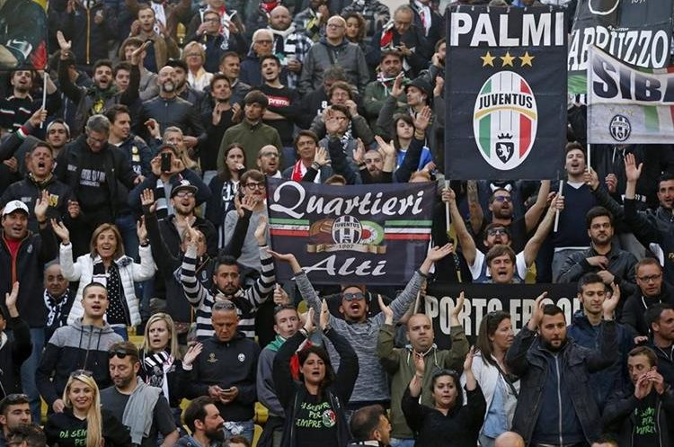 Seguidores de la Juventus de Turín apoyan a su equipo desde las tribunas.