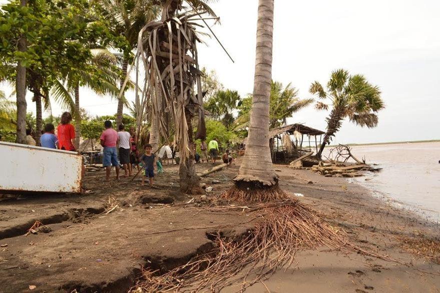 En la aldea El Dormido, Chiquimulilla, Santa Rosa, pescadores encontraron el cuerpo una mujer de origen colombiano. (Foto Prensa Libre: Oswaldo Cardona)