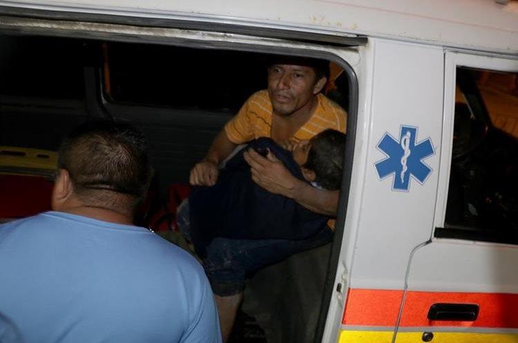 Bomberos Voluntarios trasladan a un menor de 12 años al Hospital Infantil de Puerto Barrios, Izabal. (Foto Prensa Libre: Dony Stewart)
