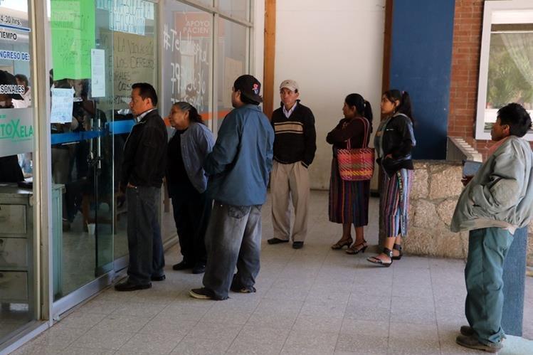 Consulta externa del HRO, en Quetzaltenango, permanece cerrada por manifestación de trabajadores. (Foto Prensa Libre: Carlos Ventura).