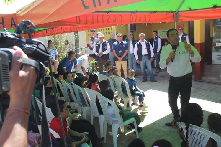 El presidente Jimmy Morales visitó la Escuela Oficial Rural de Las Impresiones, en la cabecera de Jutiapa. (Foto Prensa Libre: Óscar González)