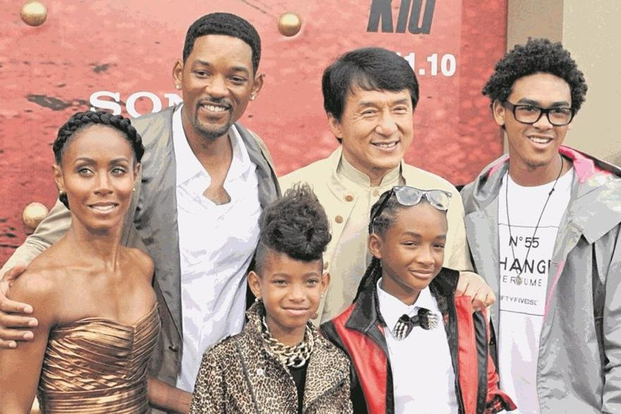 Will Smith y el actor chino Jackie Chan junto a la familia Smith: Jada Pinkett, Willow, Jaden y Trey,  durante el preestreno de la película