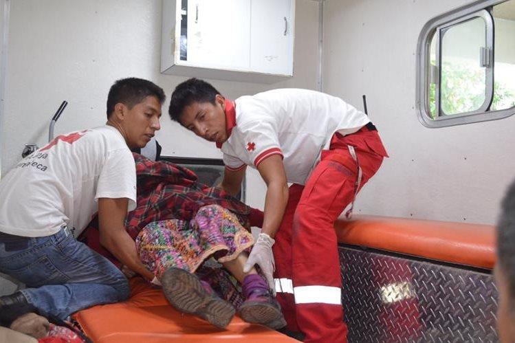 Familia se accidenta en ruta a Champerico, Retalhuleu, son atendidos por la Cruz Roja (Foto Prensa Libre: Jorge Tizol).