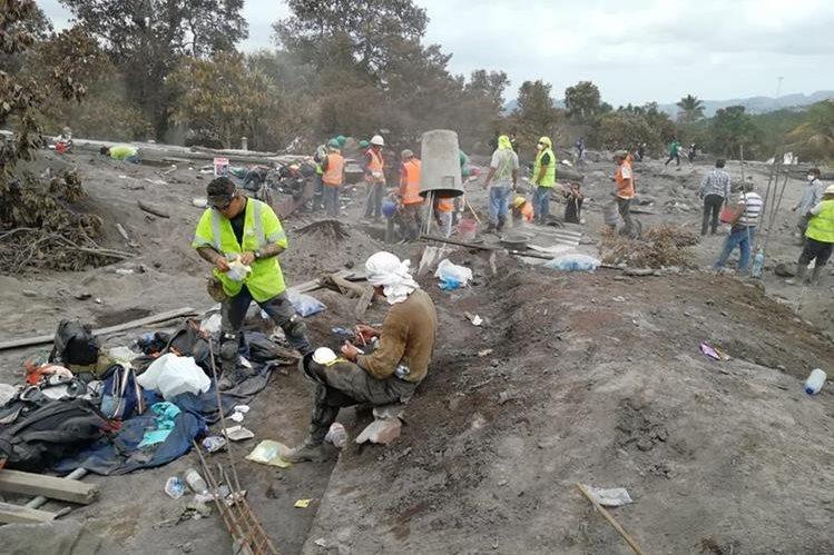 El Área de San Miguel Los Lotes quedó devastada pero familiares, pobladores, voluntarios y cuerpos de socorro no se rinden en las búsqueda de desaparecidos. (Foto, Prensa Libre: Carlos Paredes).